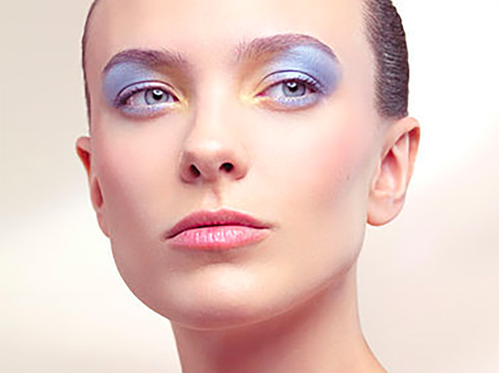 Woman_with_70s_makeup_look